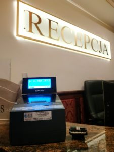 Drukarka fiskalna Novitus BONO Online w recepcji hotelowej
